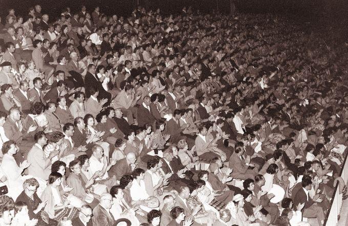 Aplavz_gledalcev_na_koncertu_v_Mariboru_1961